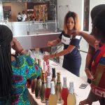 preparando los vinos de venerable capital en una feria internacional