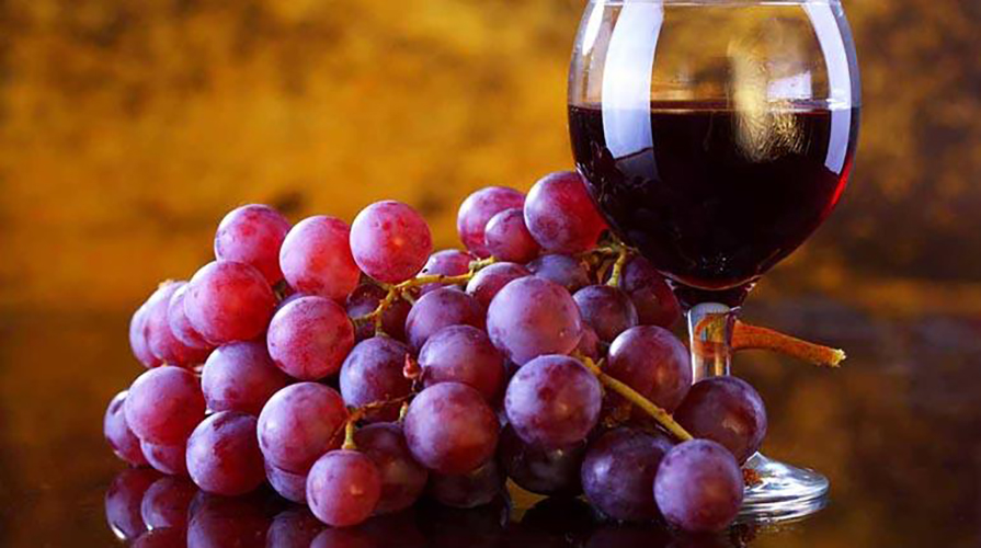 vin rouge cœur raisins