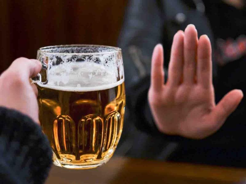 persona abstemia rechazando una cerveza