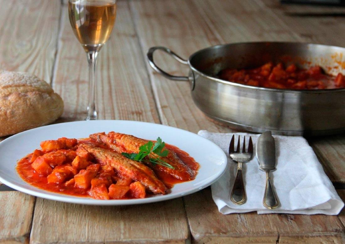 plato de caballa con tomate